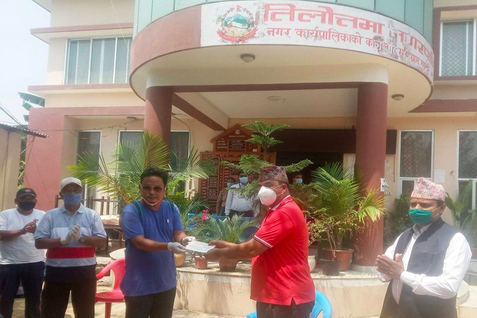 Rupandehi: Jharna Sports Club Hands Over Nrs 1,01,000 & Daily Essentials To Tilottama Municipality